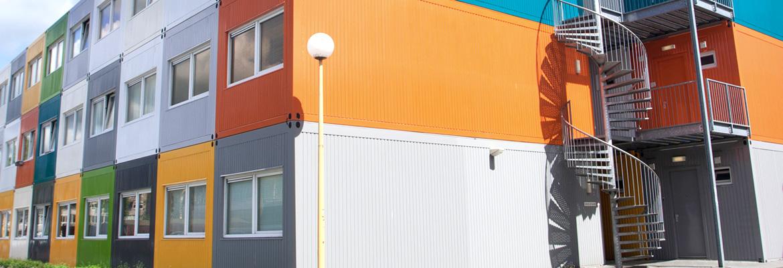ERWE ist seit 1971 der Spezialist für Mobile Festbauten sowie Modulbau und produziert modulare Gebäude nach Ihren Vorgaben. Wir bieten Einzelcontainer und Containeranlagen für Büro, Verwaltung, Meeting-Points, Pförtnerbauten, Kassenbauten, Kindergärten, Schulen, Bildungsimmobilien, Kommunalbauten, Camps, Notunterkünfte, Flüchtlingsdörfer, Unterkünfte für Asylbewerber, Banken, Sparkassen, Versicherungen, Baubüros, Unterkünfte, Wohnkonzepte, Wohnheime, Pflegeheime, Ärzte, Krankenhäuser, Gesundheitsimmobilien, Verkaufsstandorte, Gastronomie, Events, Messen, Ausstellungen, Kraftwerke, Raffinerien, Sicherheitsbereiche und viele andere Einsatzmöglichkeiten. Dank unserem flexiblem Bausystem sind die ERWE Containermodule jederzeit anpassungsfähig und garantieren somit stets die perfekte Lösung für Ihre Bedürfnisse.